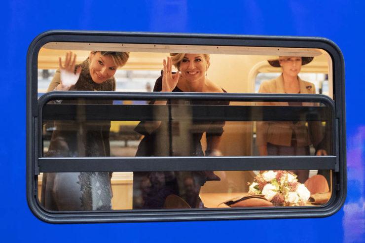 2016-11-30 10:29:36 AMSTERDAM - Koningin Maxima en koningin Mathilde van Belgie vertrekken vanaf Amsterdam CS met de Koninklijke trein naar het nieuwe station Utrecht Centraal op de laatste dag van het driedaags staatsbezoek. ANP ROYAL IMAGES OLAF KRAAK